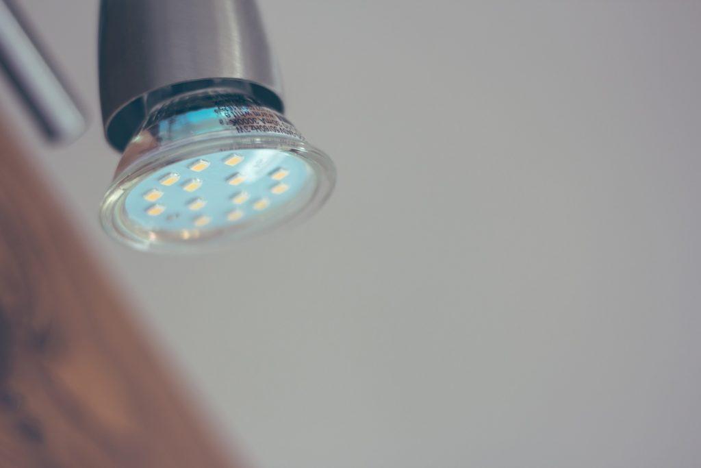 LEDの寿命を計算したら約10年【使用時間ごとの寿命の早見表も解説】