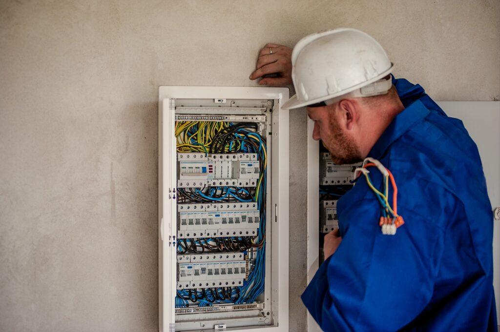 低圧電気取扱者とは【電気系の業務に必要な資格】